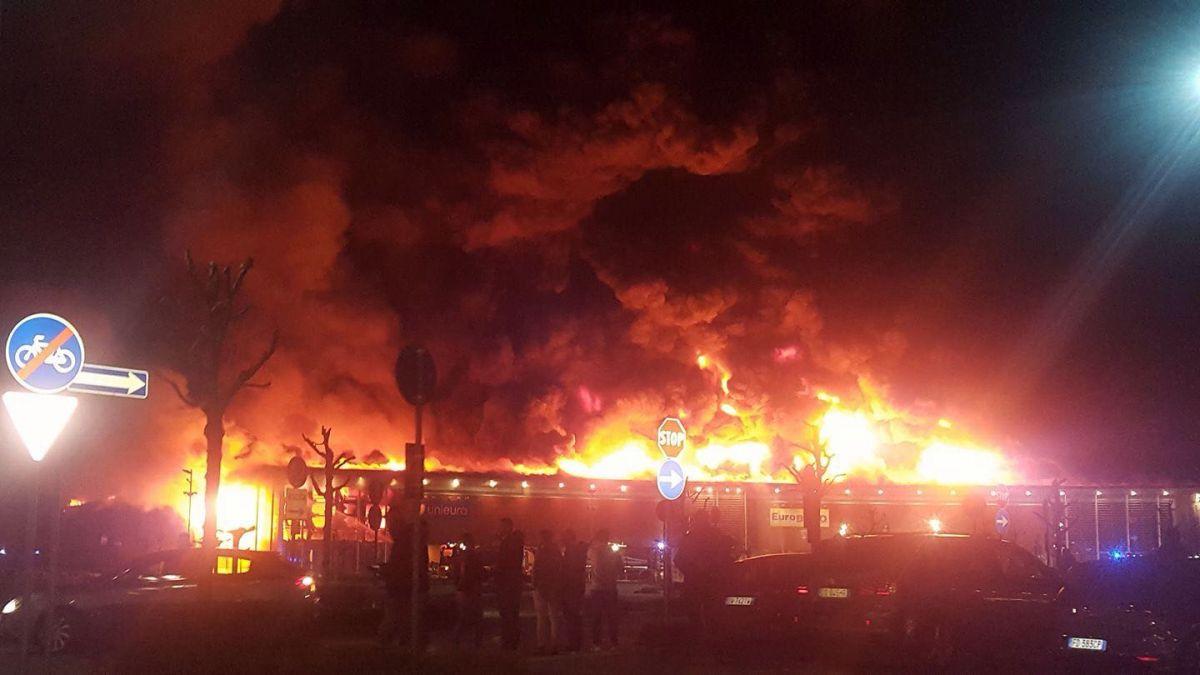 Treviso, incendio al centro commerciale Parco Stella di Oderzo