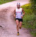 Maratoneta inseguito dai due uomini armati di machete mentre corre