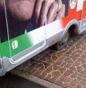 Vandali tagliano le ruote al camper del Pd