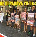 Attivisti davanti al Comune di Padova