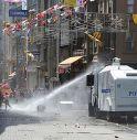 Turchia in rivolta, lacrimogeni sulla folla La polizia si ritira da piazza Taksim