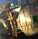 Mareno di Piave, l'autocisterna esce di strada e si ribalta nel fossato