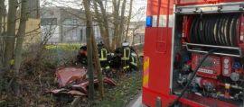 Un'auto si schianta prima contro un albero poi un muro, tre le giovani vittime: 2 sorelle e un ragazzo