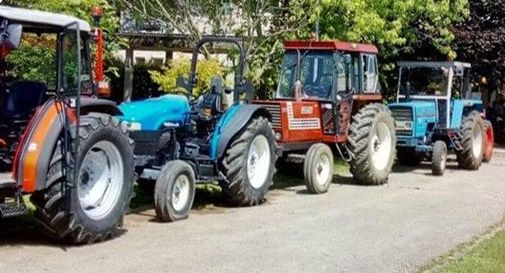 Ultimo giorno di scuola: gli studenti arrivano in trattore