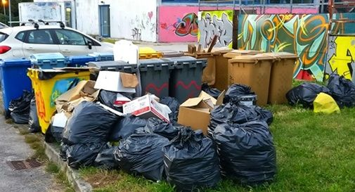 Degrado al Palamazzalovo: cumulo di rifiuti in bella mostra da 2 settimane