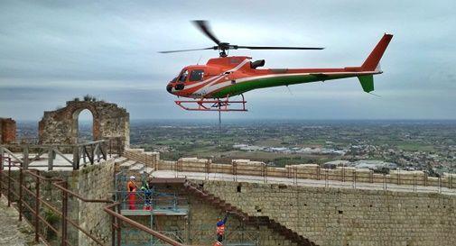 Tutti col naso all'insù: l'elicottero trasporta e posa una scala da 70 quintali alla Rocca di Asolo