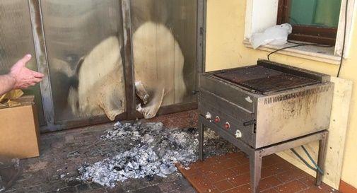 Grave atto vandalico con il fuoco al Postale, danni per migliaia di euro