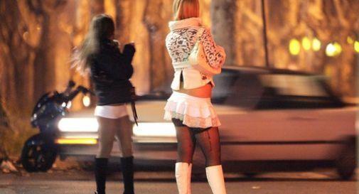 S'innamora della prostituta e la segue