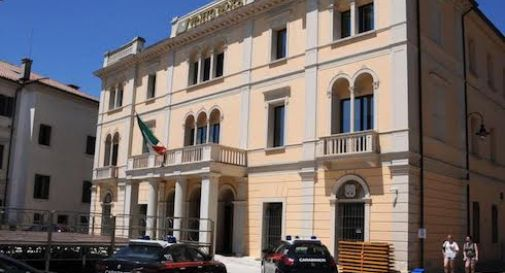 Minaccia di buttarsi dalla sede di Veneto Banca: salvato dai carabinieri