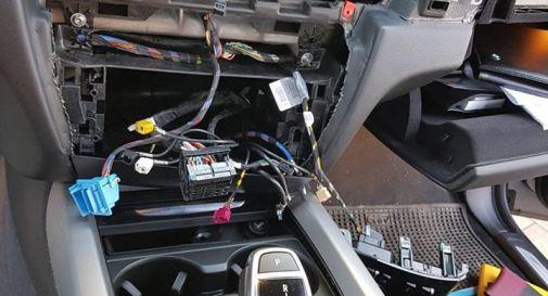 l'interno dell'auto svaligiata