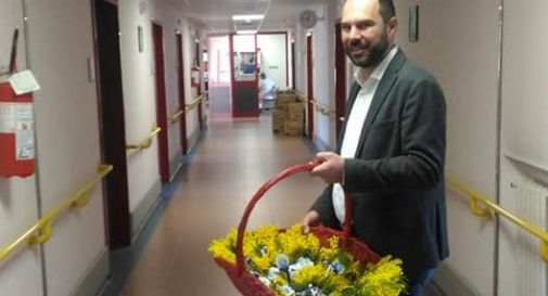Davide Bortolato mentre regala mimose