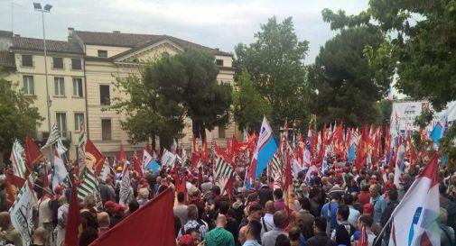 Il tessile in sciopero, la manifestazione dei lavoratori toscani a Prato