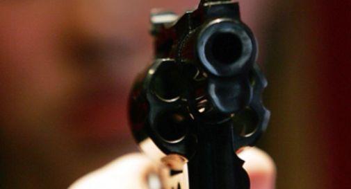 Colpi di pistola contro un'auto nel parcheggio di un fast food
