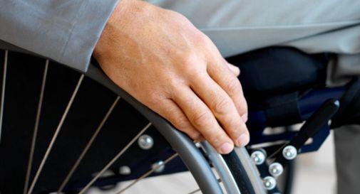 Insegnante e collaboratrice picchiano minore disabile