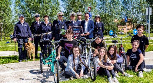 Gianni Paganin con la maglia del team Prosecco & Friends, insieme all'assessore D'Este (alla sua sinistra), al comandante della Polizia Locale, Agostini (alla sua destra), e ad alcuni colleghi