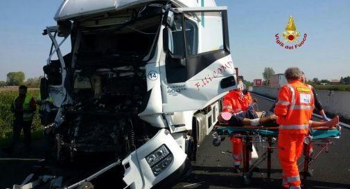 soccorso al conducente di uno dei due camion