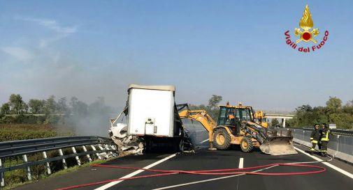 i Vigili del Fuoco spengono l'incendio al camion oggi in autostrada