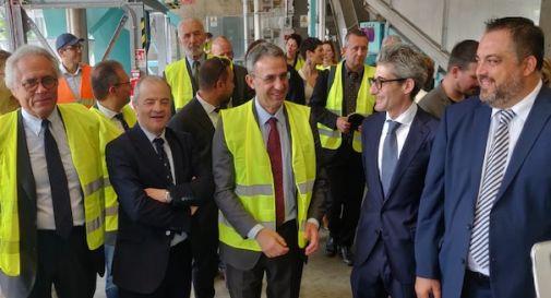 Il ministro visita l'impianto di riciclaggio di pannolini di Spresiano, è l'unico in Italia