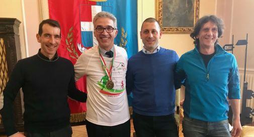 da sinistra: Ivan Cao (presidente Scuola di Maratona), il sindaco Roberto Tonon, Christian Pratillo (presidente Vittorio Atletica) e Adriano Pagotto (presidente Comitato Maratonina della Vittoria)