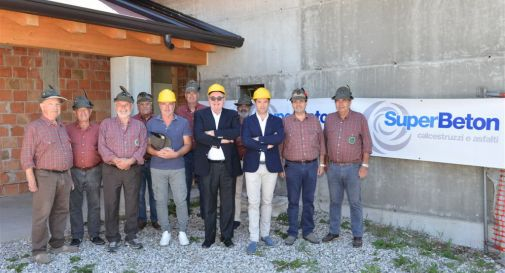 con il caschetto giallo, da sinistra a destra: Lucio Sossai, Roberto Grigolin e Massimo Stefani affiancato da Ivan Bardini