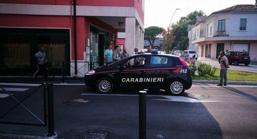 nella foto, l'intervento dei Carabinieri in piazza San Rocco a Motta con alcune persone che placano la rissa