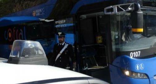 Aggredisce autista dell'autobus e due agenti, arrestato