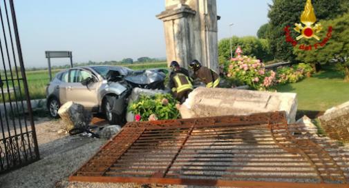 Suv fuori controllo demolisce cancello e colonna di un'antica villa veneta