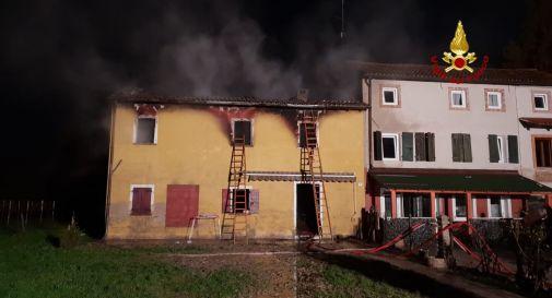 un'immagine dell'incendio di questa notte