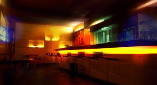 Barista ha un rapporto a tre dietro il bancone del bar