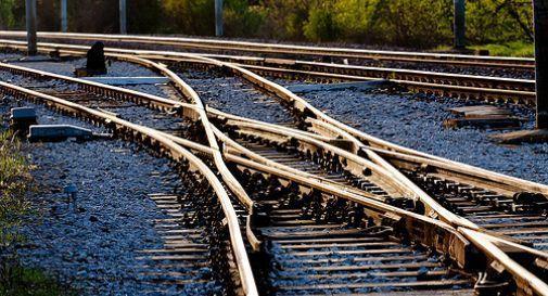 Coppia cammina lungo i binari del treno a mezzanotte: investiti