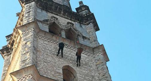 Don Angelo si cala dal campanile come una Befana: