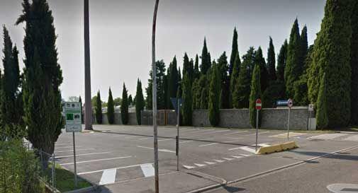 il parcheggio del cimitero di Ceneda ancora chiuso