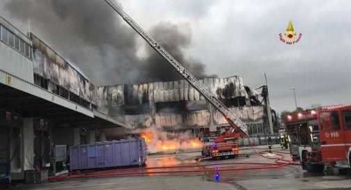 Vasto incendio al magazzino centrale della Coop Adriatica
