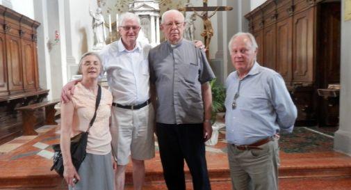 da sinistra Nilva e Adagir Rorato con il parroco di Chiarano don Tondato e Cristiano Rorato