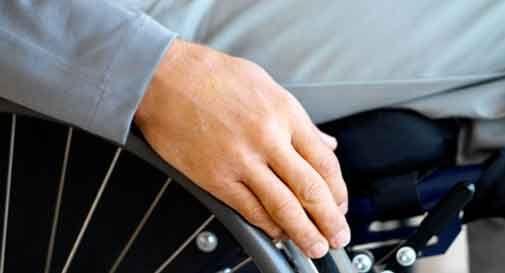 Conegliano, disabile in sedia a rotelle costringe badanti a rapporti intimi. Poi le ricatta col video