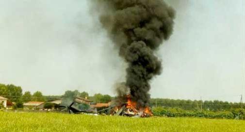 Elicottero militare si schianta al suolo e prende fuoco