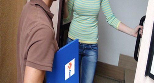 Rincorrono i finti incaricati Enel con la scopa, decine di segnalazioni in paese