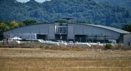 Si impicca dentro un hangar dell'aeroporto a causa di difficoltà economiche
