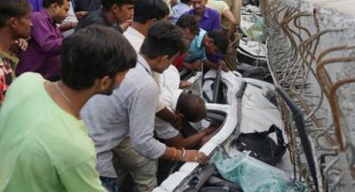 India, crolla cavalcavia: 19 morti