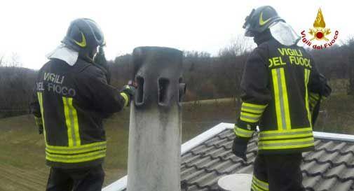 Si abbassano le temperature, boom di incendi ai caminetti