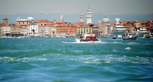 Cadavere affiora in laguna a Venezia