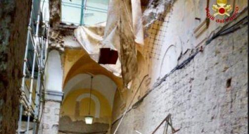 Crollo in chiesa a Napoli, due operai in ospedale. Uno è grave