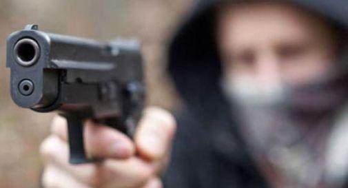 """Paura al bar """"Santi Quaranta"""", due banditi hanno puntato la pistola contro il titolare dell'attività"""