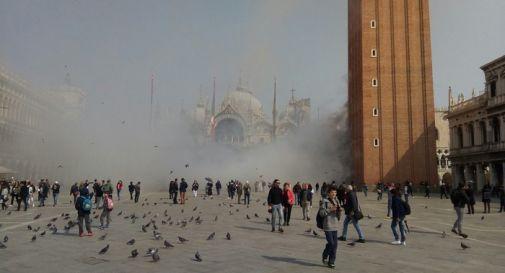 Venezia, rapinatori sparano fumogeni tra la folla: paura in piazza San Marco