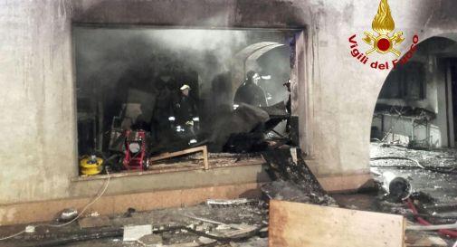 L'esplosione poi le fiamme all'interno di una pizzeria: ferito un uomo