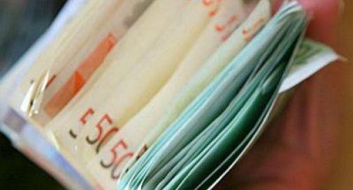 Trova un borsello con 23mila euro e lo restituisce