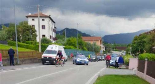 Passa il Giro, ciclisti si ribaltano a Vittorio Veneto a causa di un tombino pericoloso