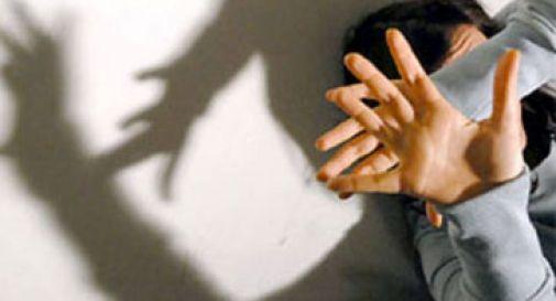 Si intrufola in un appartamento e violenta l'inquilina 25enne