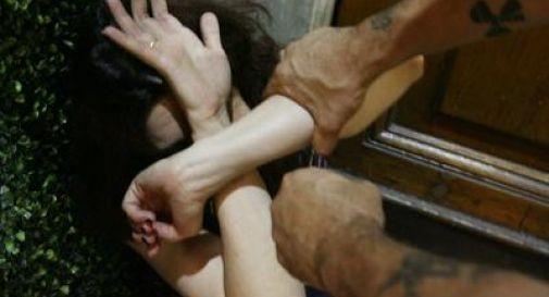 Risponde ad annuncio per babysitter, studentessa sequestrata da una coppia di coniugi e violentata