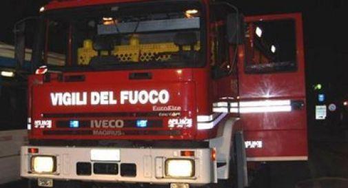 Brucia un auto nel parcheggio del condominio, evacuate 40 persone